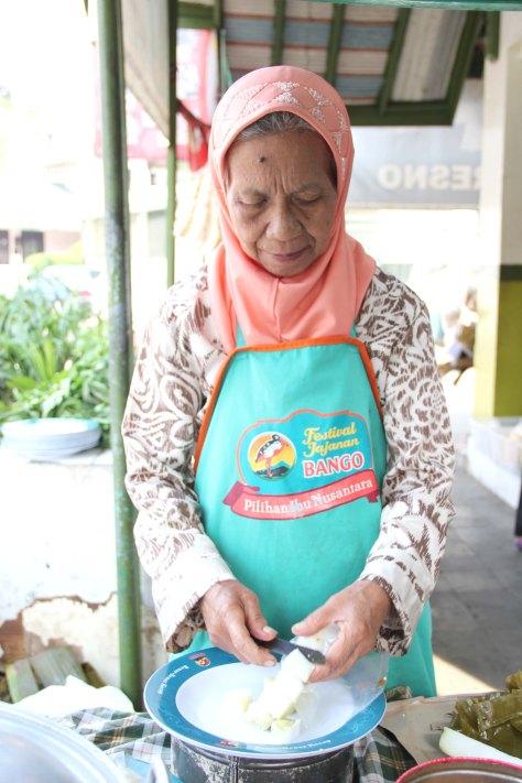 Grandma Yayah prepares Kupat Tahu