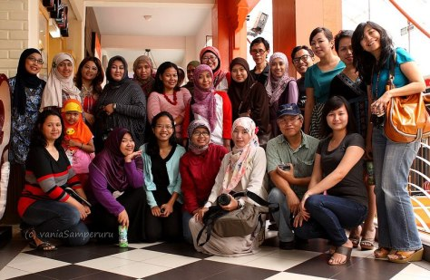 With Indonesian Foodbloggers (image courtesy of Vania Samperuru)