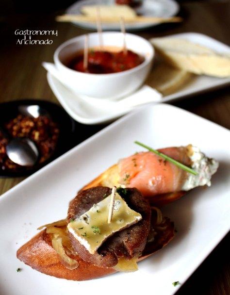 Ternera con Cebolla Caramelizada y Queso Azul & Tostada de Salmon Ahumado