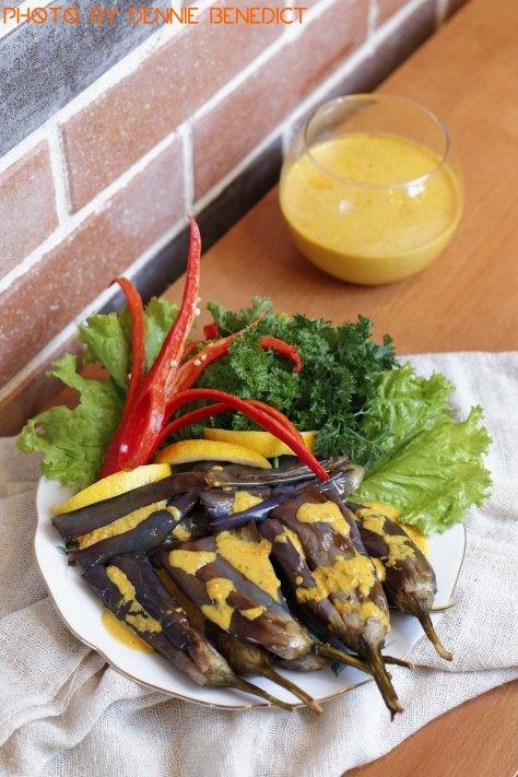 Ihutilinanga (Gorontalese fried eggplant with turmeric sauce)