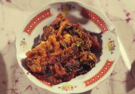 """Telur dadar khas Minang yang menjadi sandingan pas dendeng batokok serta nasi yang """"ngeprul"""""""