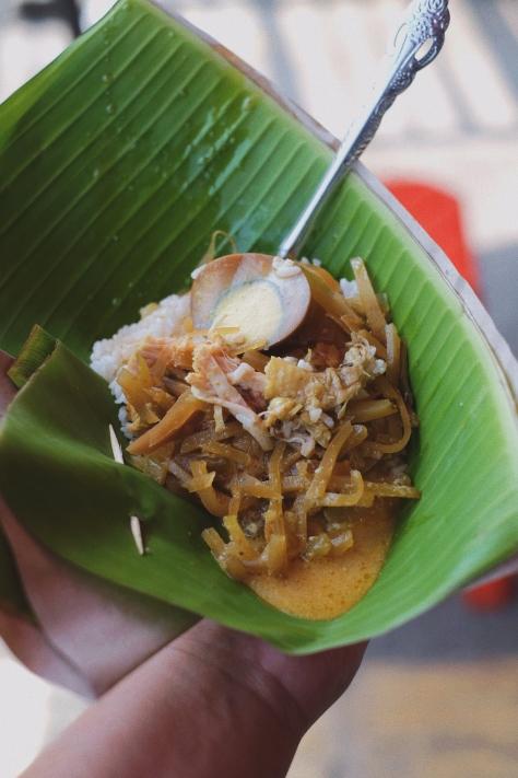 Sepiring nasi ayam khas Semarang tengah dinikmati.