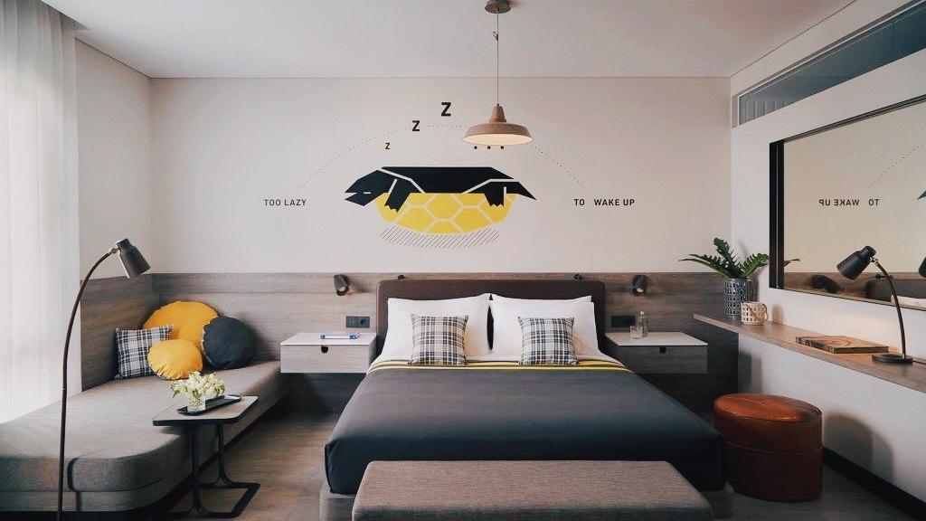 Sebuah kamar hotel dengan ukuran keluarga.