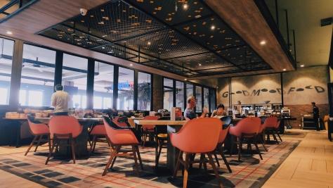 The Verve, restoran dari Rooms Inc. Semarang dengan deretan meja dan kursinya.